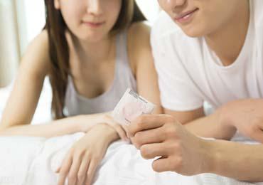男女戴套XJ避孕套脱落担心艾滋